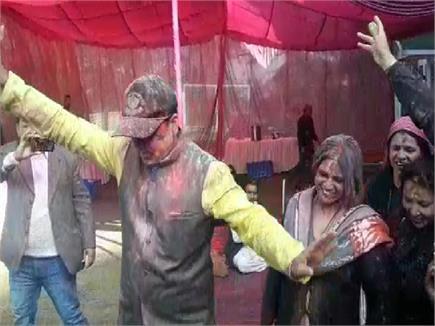 पत्नी संग खूब नाचे CM जयराम, Holi पर ओक ओवर में डाली नाटी (Watch Pics)