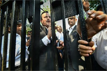 अब वकीलों की पुलिसवालों के खिलाफ नारेबाजी, आम लोगों को कोर्ट में जाने...