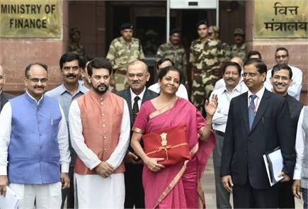 वित्त मंत्री निर्मला सीतारमण ने पेश किया अपना पहला बजट, देखें झलकियां