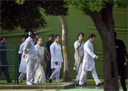 पूर्व प्रधानमंत्री राजीव गांधी की 28वीं पुण्यतिथि पर श्रद्धांजलि देने...