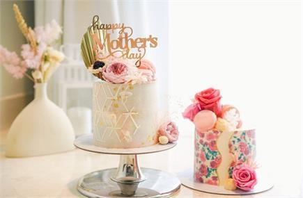 'मॉम' स्पैशल केक काट कर मनाएं Mother's day (See Pics)