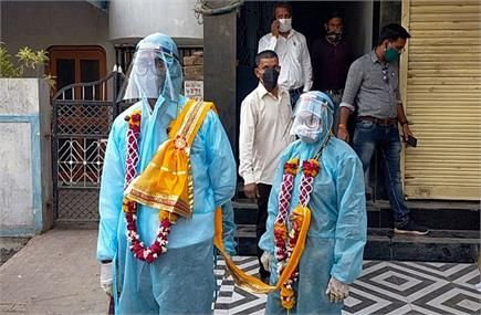 pic of the Day: PPE किट पहनकर कपल ने लिए सात फेरे