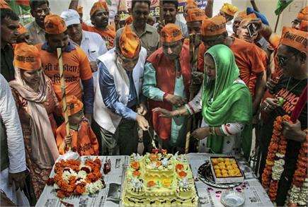 Pics of the day: केक काट कर 'मैं भी चौकीदार' सभा का किया आगाज