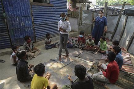 जम्मू: स्लम एरिया के बच्चों को पढ़ाती एक टीचर, मास्क पहनकर क्लास में...