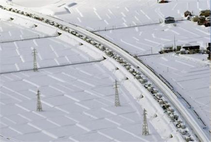जापान में बर्फबारी कारण राजमार्ग पर लग गया मीलों लंबा जाम, मुसीबत में...