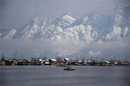 श्रीनगर में खिली धूप, बर्फ से ढकी पहाड़ियों का दिखा खूबसूरत नजारा