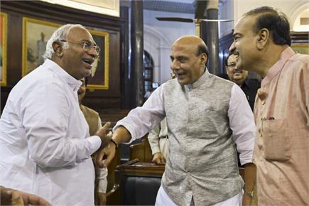 मानसून सत्र: देखिए सदन की खास झलकियां, राजनाथ से हंसी मजाक करते खड़गे