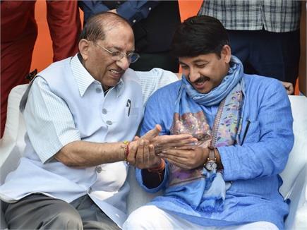 दिल्ली BJP का दिवाली मिलन- हाथ देखते नजर आए मनोज तिवारी, डॉ....