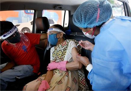 दिल्ली: कार में बैठे-बैठे लग रही कोरोना वैक्सीन, विदेश जाने वालों में...