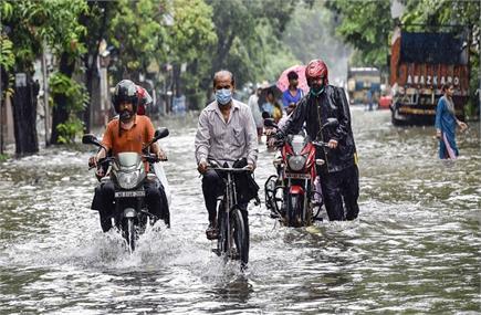 कोलकाता में बारिश बनी आफत, जलमग्न हुईं सड़कें