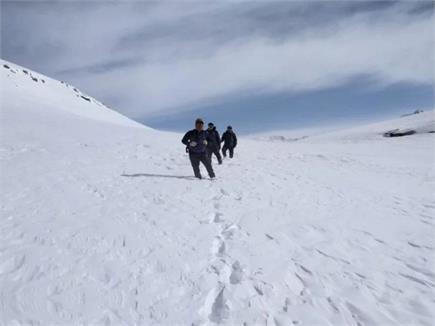 10 फीट बर्फ में 70 साल के बुजुर्ग ने पैदल पार किया Rohtang Pass...