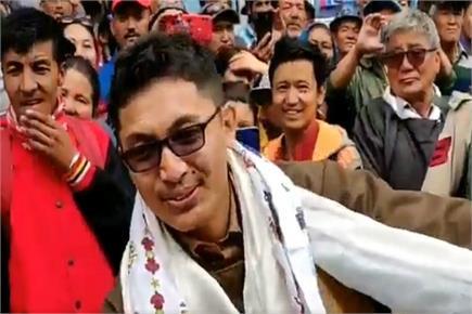 हाथों तिरंगा लेकर लद्दाख के बाजार में जमकर थिरके MP जम्यांग टसरिंग...