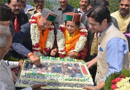 Ex CM वीरभद्र ने हॉली लॉज में मनाया अपना 85वां Birthday, देखें...