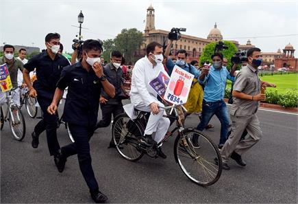 राहुल गांधी साइकिल से संसद पहुंचे