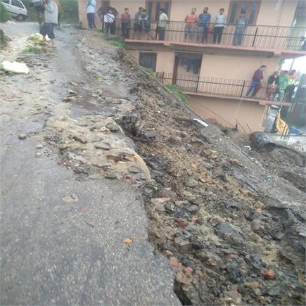 शिमला में बारिश का कहर: कहीं भूस्खलन, कहीं मलबे में दबी गाड़ियां...