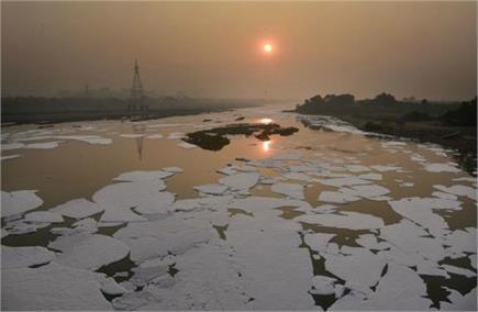 अनलॉक के बाद फिर प्रदूषित हुई यमुना, नदी में बह रहा जहरीला सफेद झाग