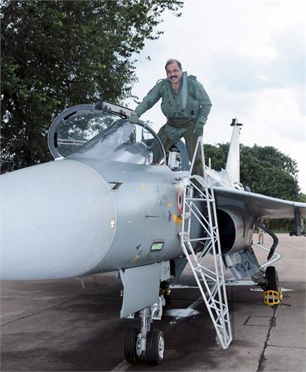 वायुसेना प्रमुख RKS भदौरिया ने लड़ाकू विमान तेजस में भरी उड़ान