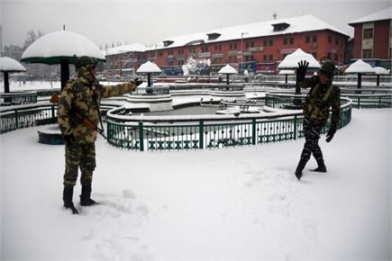 श्रीनगर में भारी बर्फबारी के बीच तैनात CRPF के जवान