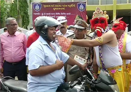 पुलिस वाले गणपति जी ने ट्रैफिक नियमों का पालन करने वालों को खिलाए...