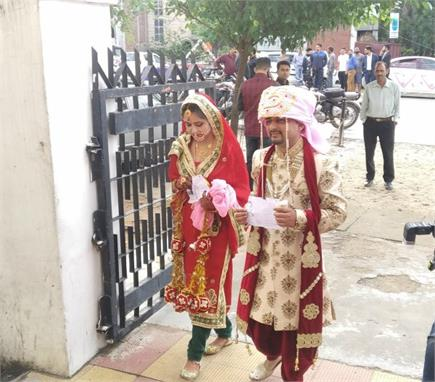 कहीं नवविवाहित जोड़ों और कहीं मशहूर हस्तियों ने लाइन में लगकर डाला वोट