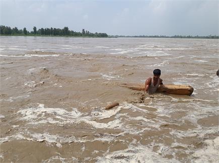 तस्वीरों में देखिए यमुना का रौद्र रूप, जहां पहुंचा पानी सब डुबा दिया
