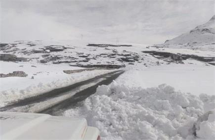 हिमाचल में चोटियों ने ओढ़ी बर्फ की सफेद चादर, देखें तस्वीरें