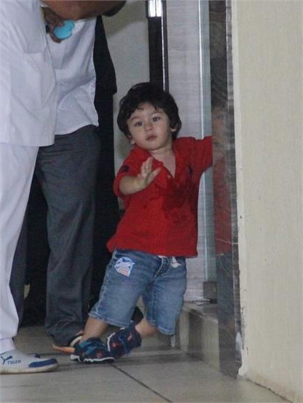 रेड कलर की टी-शर्ट और ब्लू शॉर्ट्स में स्पॉट हुए नन्हें तैमूर अली खान