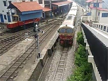हेरिटेज कालका-शिमला रेल ट्रैक पर गूंजी 'अटल' पंक्तियां, चलती ट्रेन...