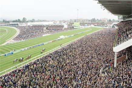 ब्रिटेन में नहीं दिखा कोरोना का खौफ, घोड़ों की रेस देखने पहुंचे 2.50...