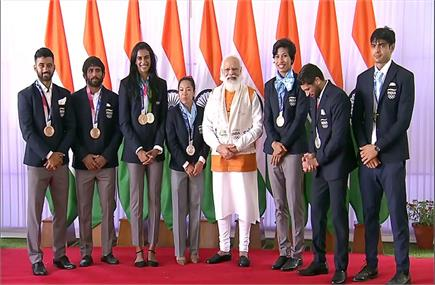 नीरज ने भाला तो पीवी सिंधु ने बैडमिंटन किया गिफ्ट...ओलंपिक पदकवीरों...