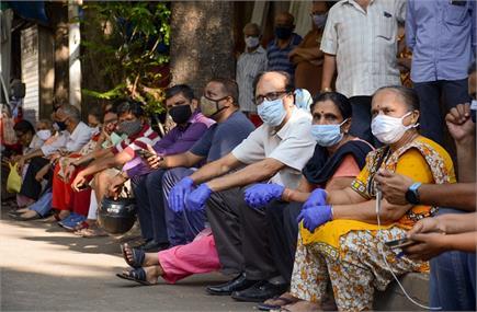 कोरोना वैक्सीन लगवाने के लिए जुटी भीड़