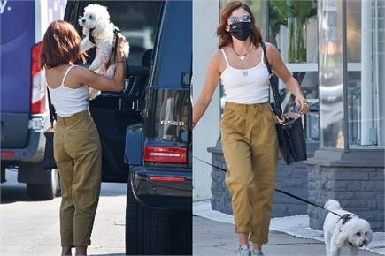 लॉस एंजिल्स की सड़कों पर डॉगी संग टहलती नजर आईं लुसी हेल, व्हाइट टैंक...