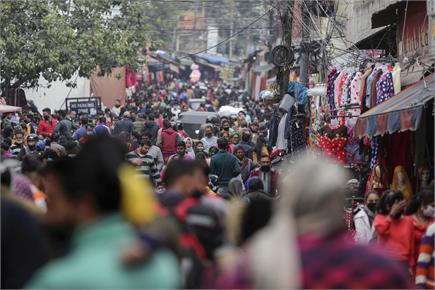 कोरोना संकट के बावजूद कम नहीं दिख रही बाजारों में भीड़