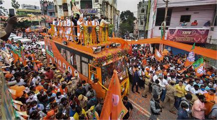 हैदराबाद के रण में उतरे अमित शाह, इन तस्वीरों में देखें रोड शो का...