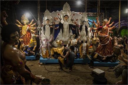 दुर्गा पूजा की तैयारियों में जुटे कोलकाता के लोग