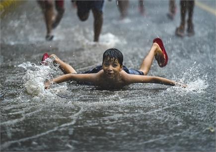 दिल्ली में बरसे मेघ, लोगों ने लिया बारिश का मजा