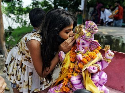 'गणपति बप्पा मोरेया अगली बरस तू जल्दी आ'...जयकारों और ढोल नगाड़ों...