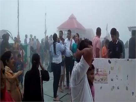 नयना देवी में बारिश व धुंध के चलते दिन में छाया अंधेरा(PICS)