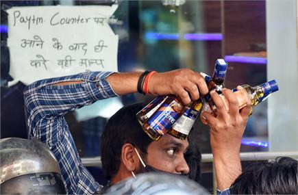 लॉकडाउन के ऐलान के बाद दिल्ली में शराब खरीदने की लग गई होड़