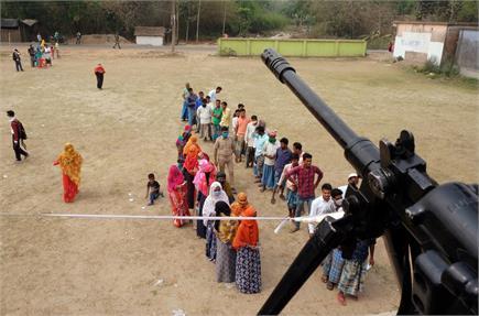 हिंसा के बीच भी नहीं थमे मतदाताओं के कदम, देखें बंगाल चुनाव की कुछ...