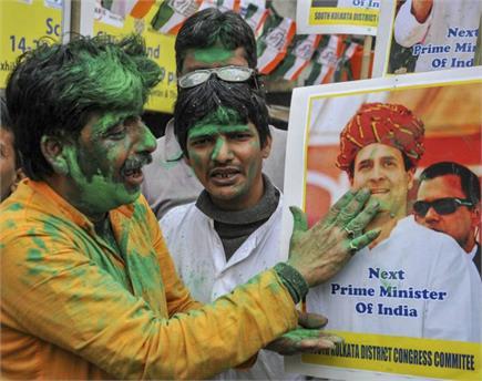 कांग्रेस कार्यकर्त्ताओं ने ढोल बजाकर मनाया जश्न, भाजपा कार्यालय में...