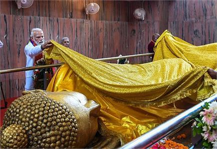 भगवान बुद्ध की प्रतिमा पर PM मोदी ने चीवर चढ़ाया