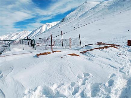 नवंबर में बर्फ की चादर से ढकी वादियां