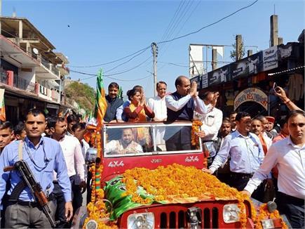 तस्वीरों में देखिए, पच्छाद की सड़कों पर CM जयराम मांग रहे वोट