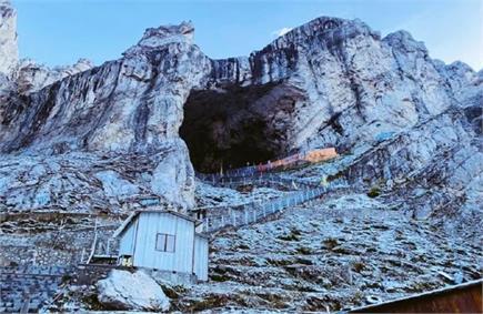 बर्फ की चादर से ढकी अमरनाथ की पहाड़ियां, तस्वीरों में देखें मंदिर...