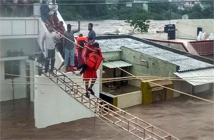 बारिश और बाढ़ से गुजरात बेहाल