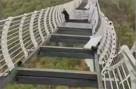 तेज आंधी से टूट गया चीन का कांच वाला पुल, 330 फुट की ऊंचाई पर फंसा...