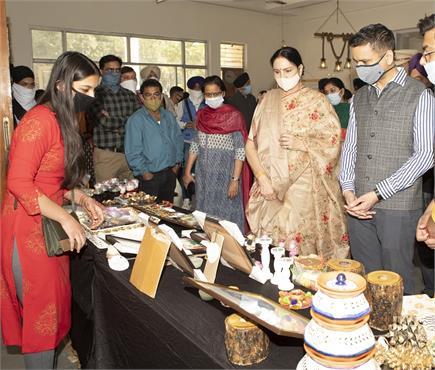 APJ कॉलेज ऑफ फाइन आर्ट्स जालंधर की ओर से विरसा विहार में प्रदर्शनी