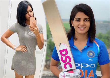 भारत की प्रिया पुनिया ने डेब्यू मैच में लगाया अर्धशतक, देखें ग्लैमरस...