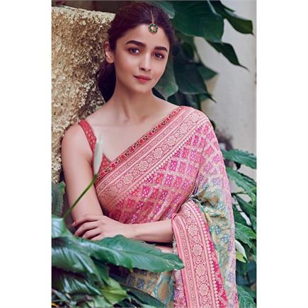 Fashion: साड़ी के साथ आलिया ने लगाया सिंपल मांग टीका, देखिए 5 स्टनिंग...